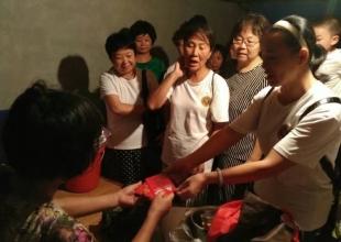 浙江慈善义工夜访灾民、大火无情人有情。